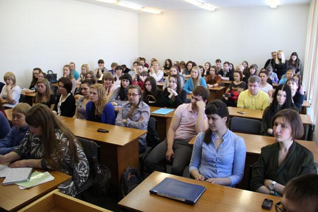 Olaf Kühl Gespräch mit Studenten in Sewerodwinsk